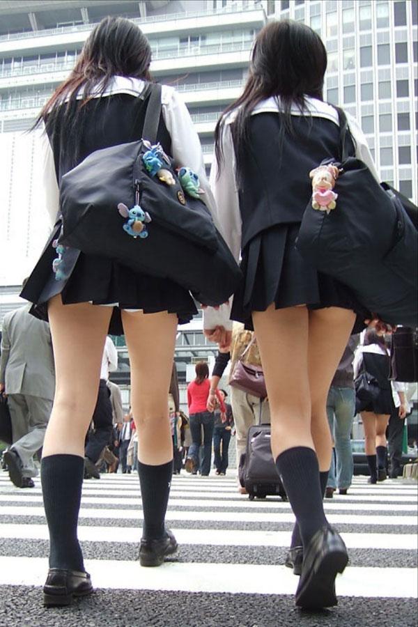 【三次画像】寒いのに無理してスカート短くしてるJKwwww