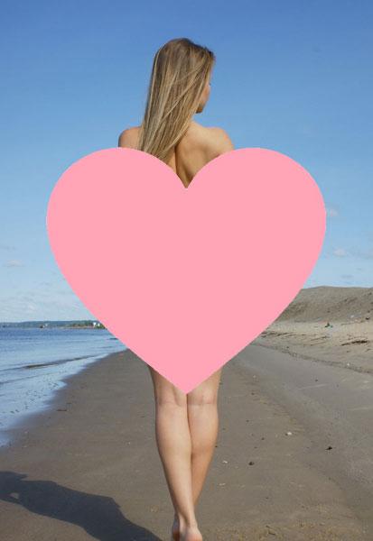 【悲報】まんこさん、ほぼ素っ裸で海に来る