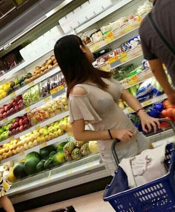 【画像】爆乳なのにピッチピチのTシャツ着て歩き回る女wwwwwwwww
