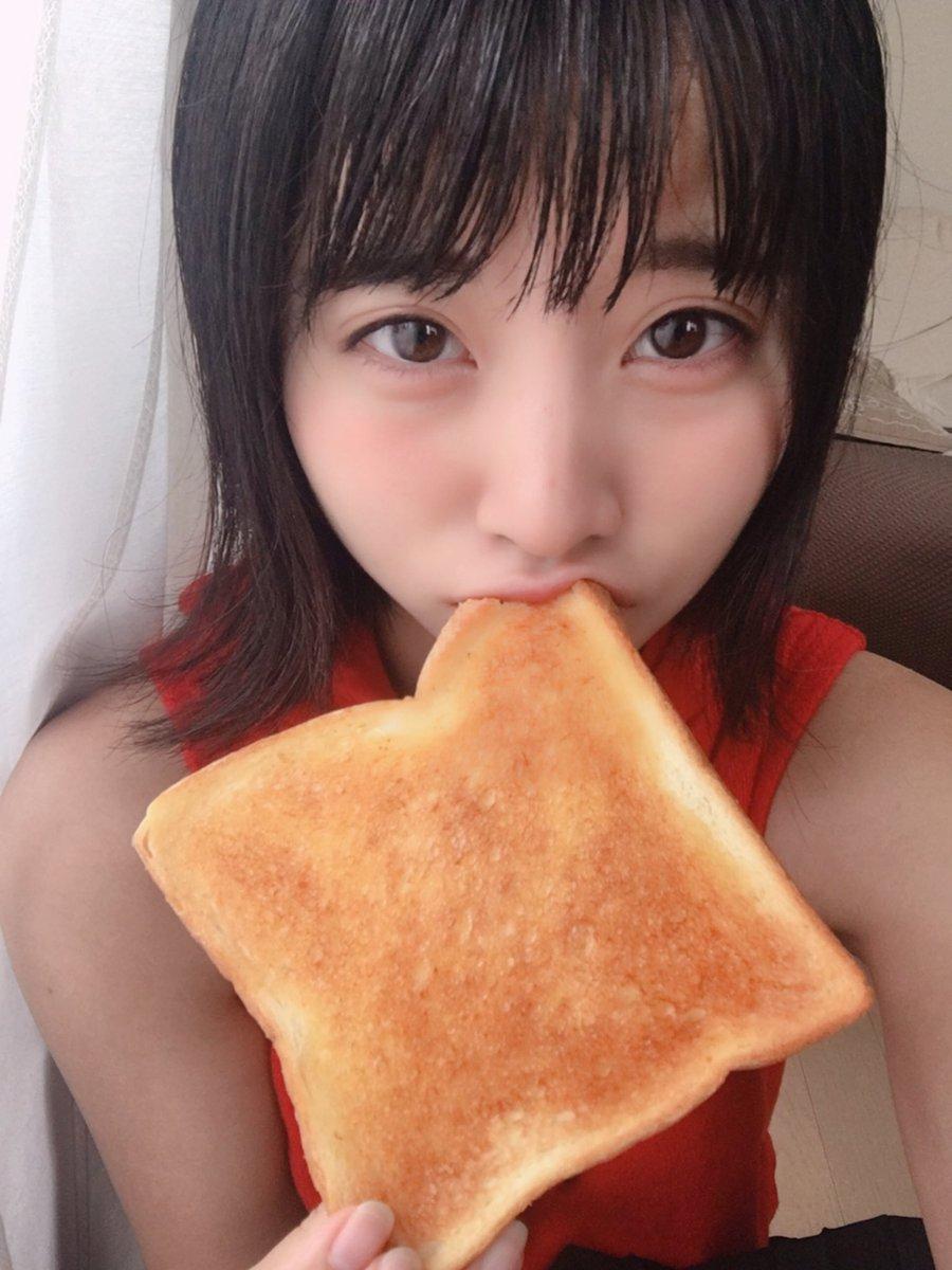 【画像】ミス成蹊候補でライオンズ女子の明石茉弥さん(20)、パンをくわえて写真を撮る エロいわ この前はチュッパチャプスをくわえてた