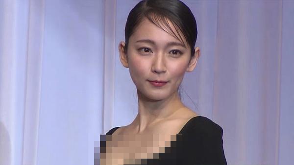 【画像】吉岡里帆さん、半乳を出した状態で授賞式に出席してしまう