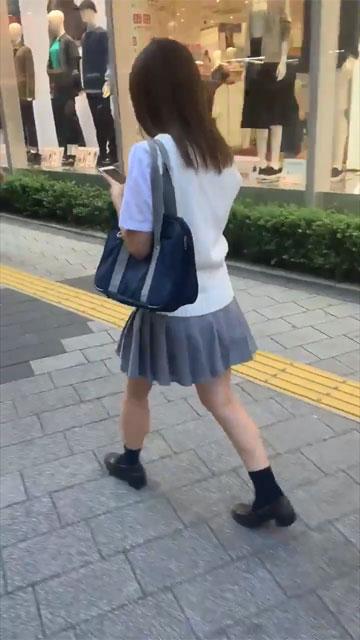 【動画】この制服女子高生の路上パンチラはヤラセ?