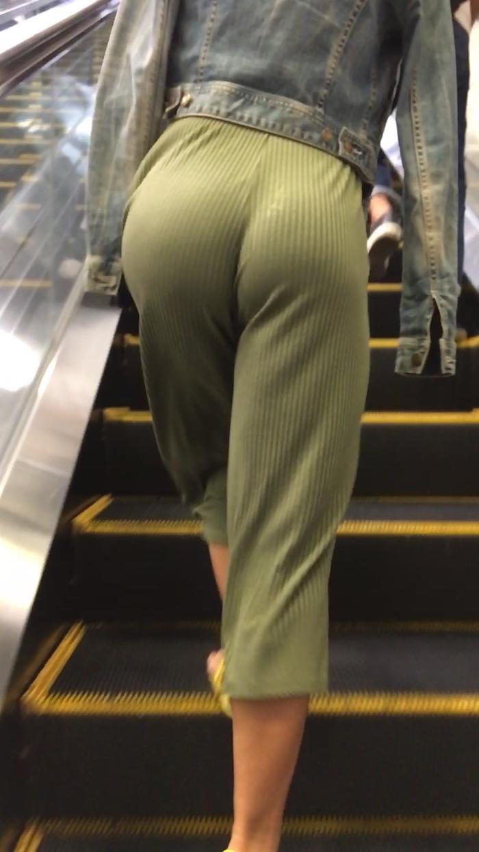 【画像あり】ワイジ、階段で前の女のケツをガン見してしまう