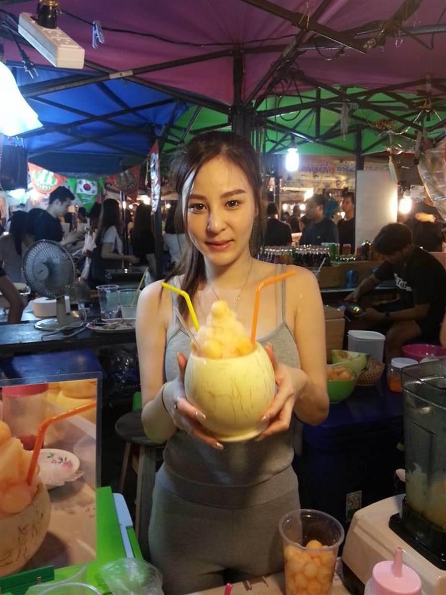 【画像】タイの屋台のドスケベお姉さんwwwww