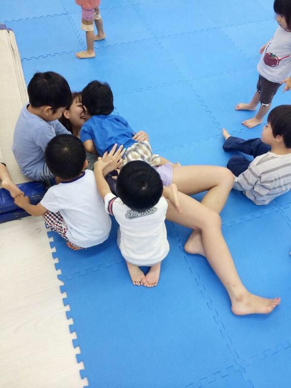 【悲報】幼稚園の先生、エロガキに押し倒される