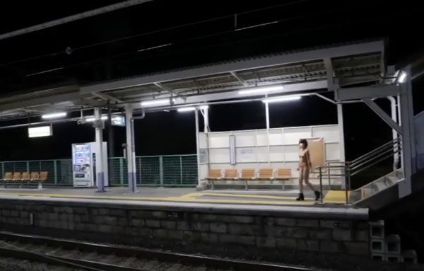 【動画あり】駅に裸の女がいたので通報した