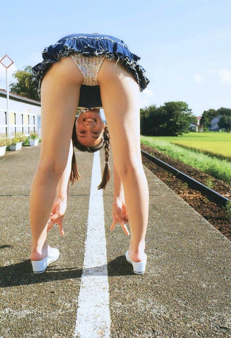 【朗報】足立梨花さん、いい尻を大胆に披露してしまう