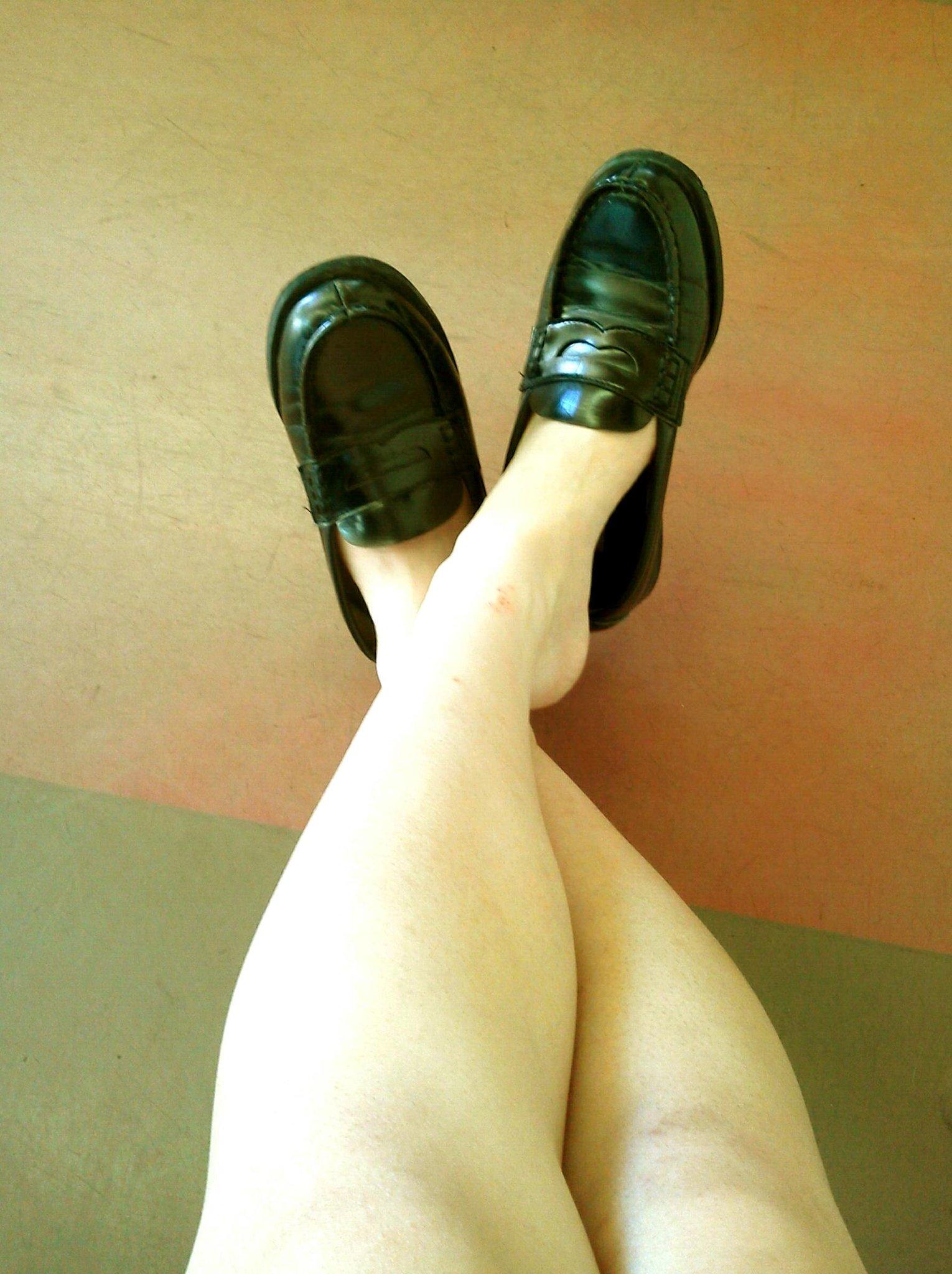 【悲報】女子高生の靴下がどんどん短くなり、ついに素足でローファーを履くようになる
