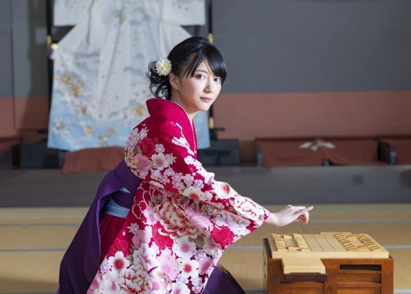 【悲報】女流棋士さん、コスプレしてアニソンメドレーを歌ってしまう