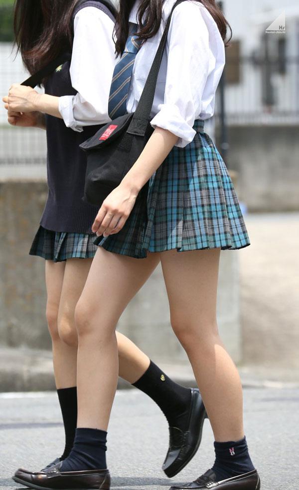 【画像】JKさん、スカートが短すぎる