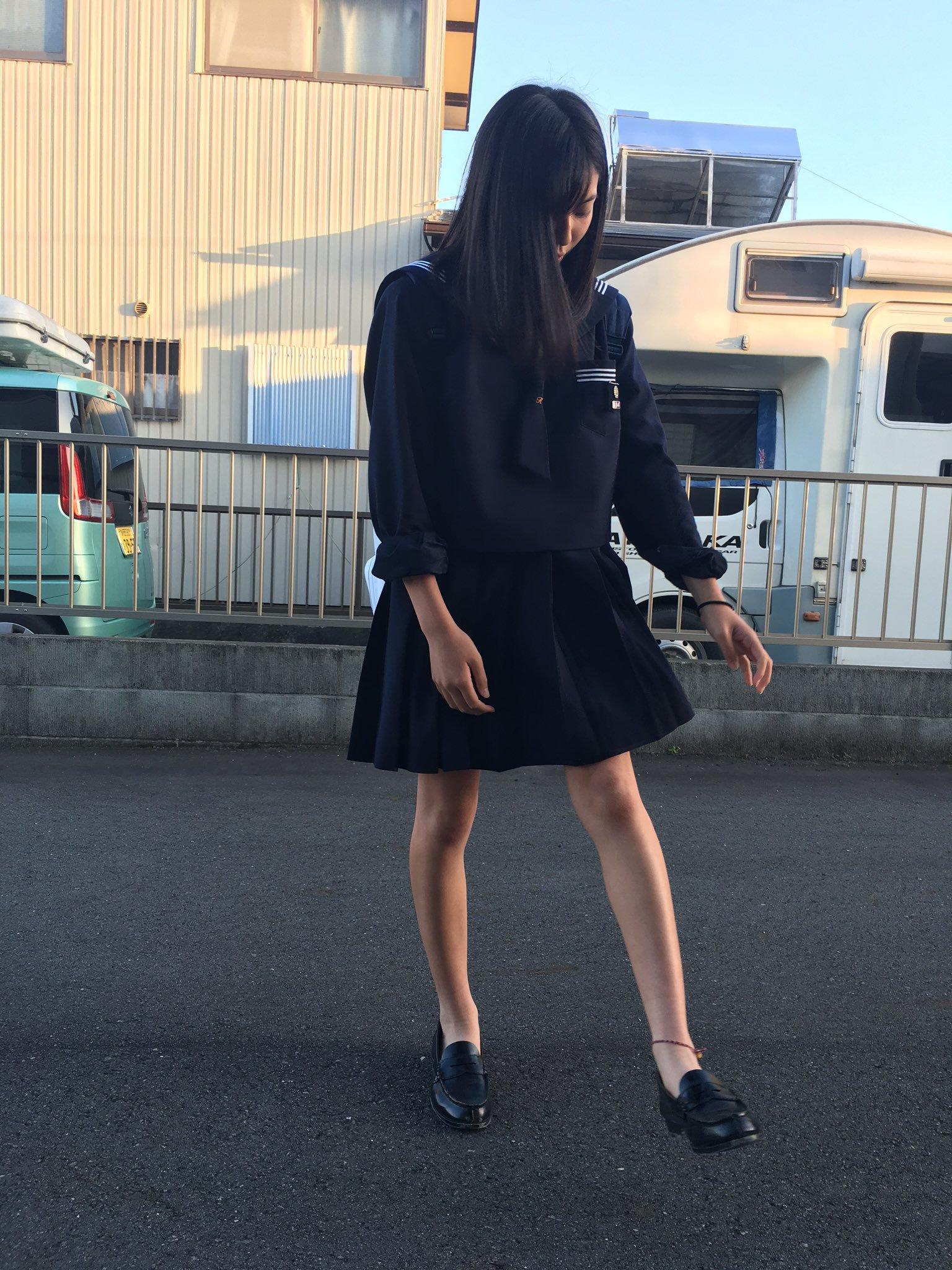 【悲報】最近の女子高生、誰もハイソックスを履いてない
