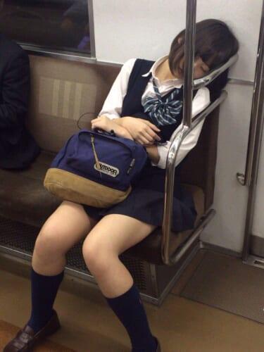 【極画像】女の子、電車の中で寝てしまう