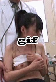 【画像】JKさん、健康診断で貧乳をもまれてしまう