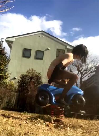 【動画】貧乳まんさん、まっ昼間から公園の遊具にディルドひっつけてオナニーしてしまう
